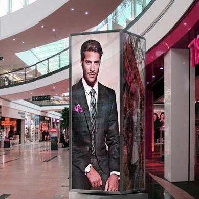 Рекламная стела в магазин - с рекламой костюмов.